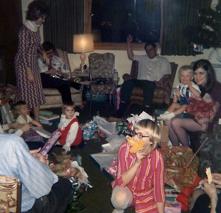 moore-family-unwrapping-christmas-presents-1972